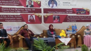 Dr. Yessy Dessy Arna, Ns., M.Kep., Sp.Kom dan Sriyono, Ns., M.Kep., Sp.KMB.